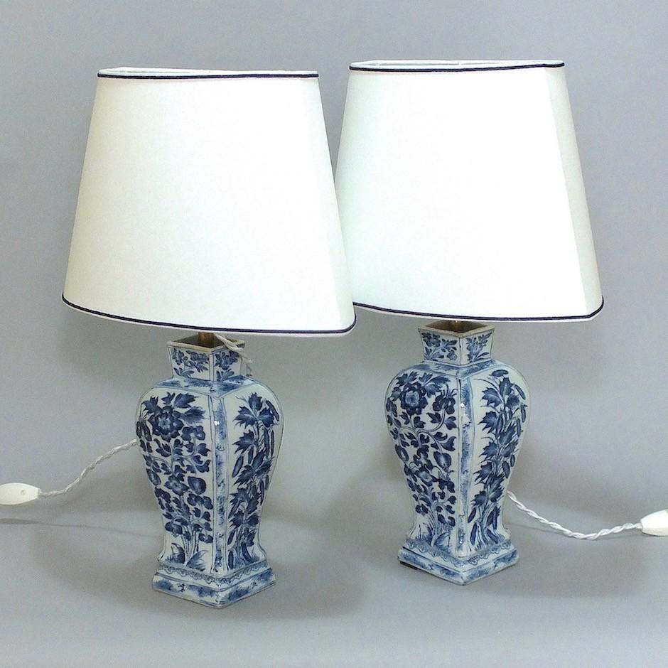 Chine - Paire de vases en porcelaine montés en lampe - Époque Kang'xi