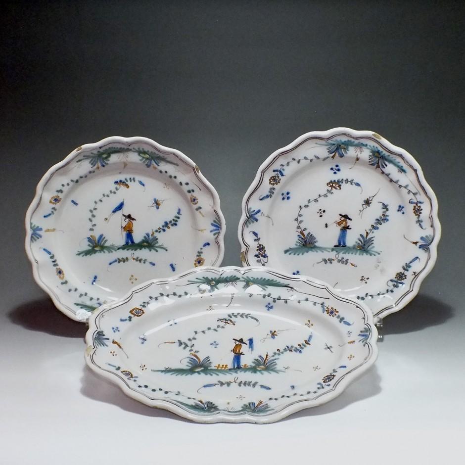 Roanne (fabrique de Sébastien Nicolas) - un plat et deux assiettes - XVIIIe Siècle