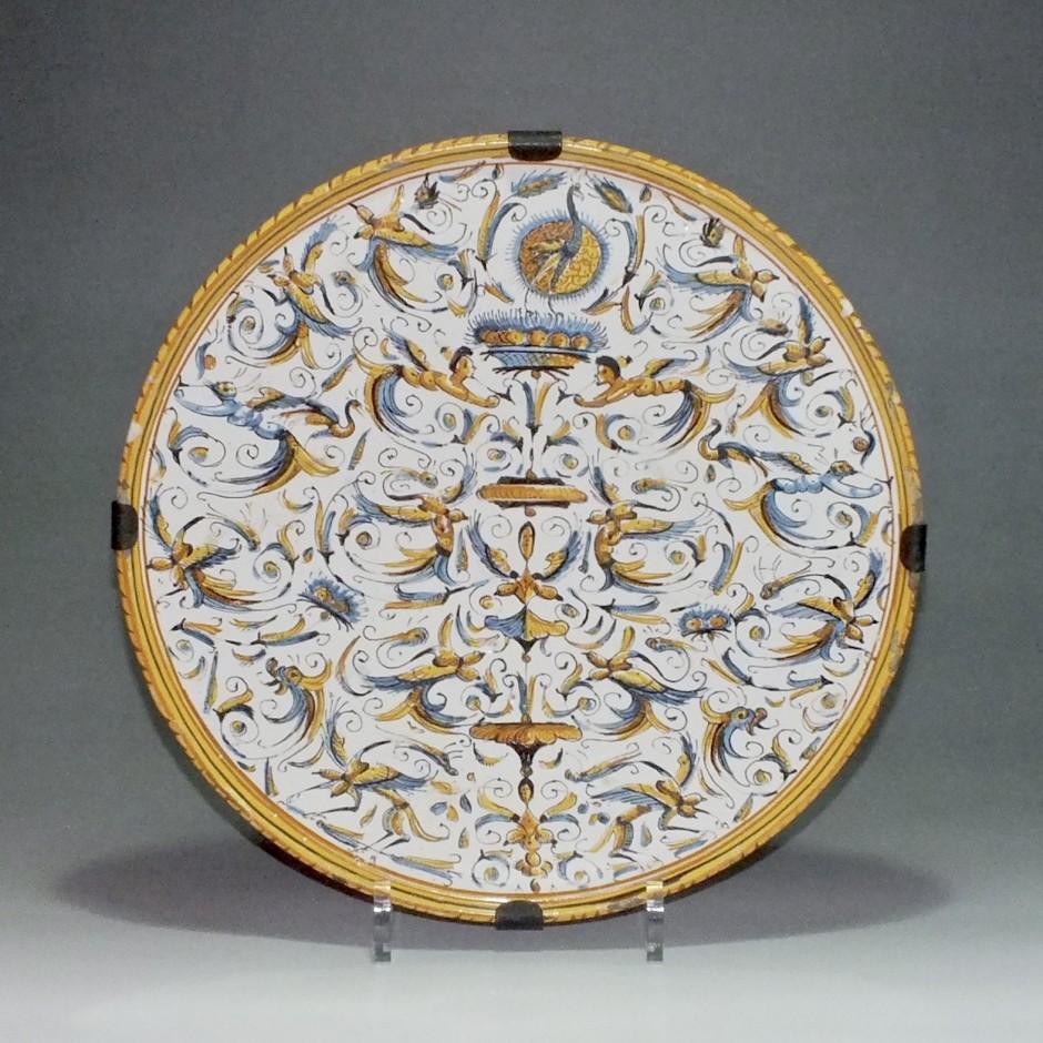 Italie - Rome - plat à décor de grotesques - XVIIe Siècle