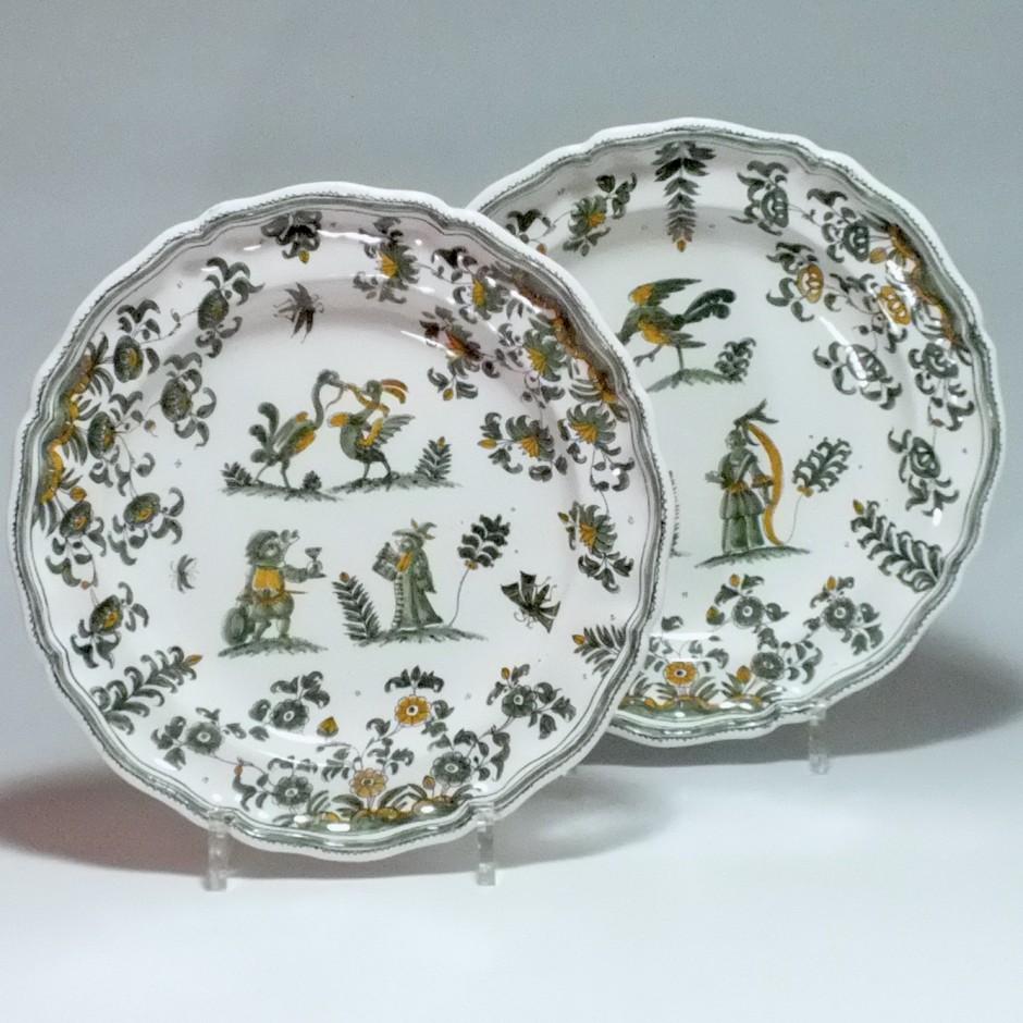 Moustiers - Paire d'assiettes à décor de grotesques - XVIIIe siècle