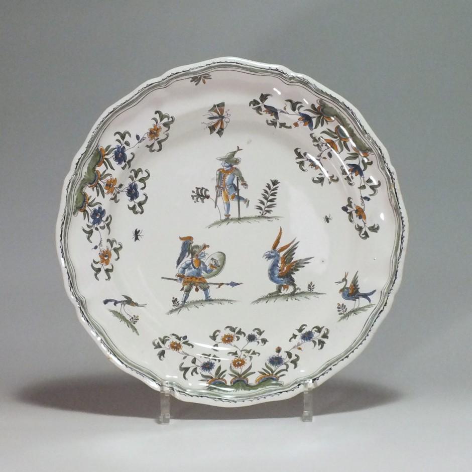 Moustiers - Belle assiette à décor aux grotesques - XVIIIe sicle