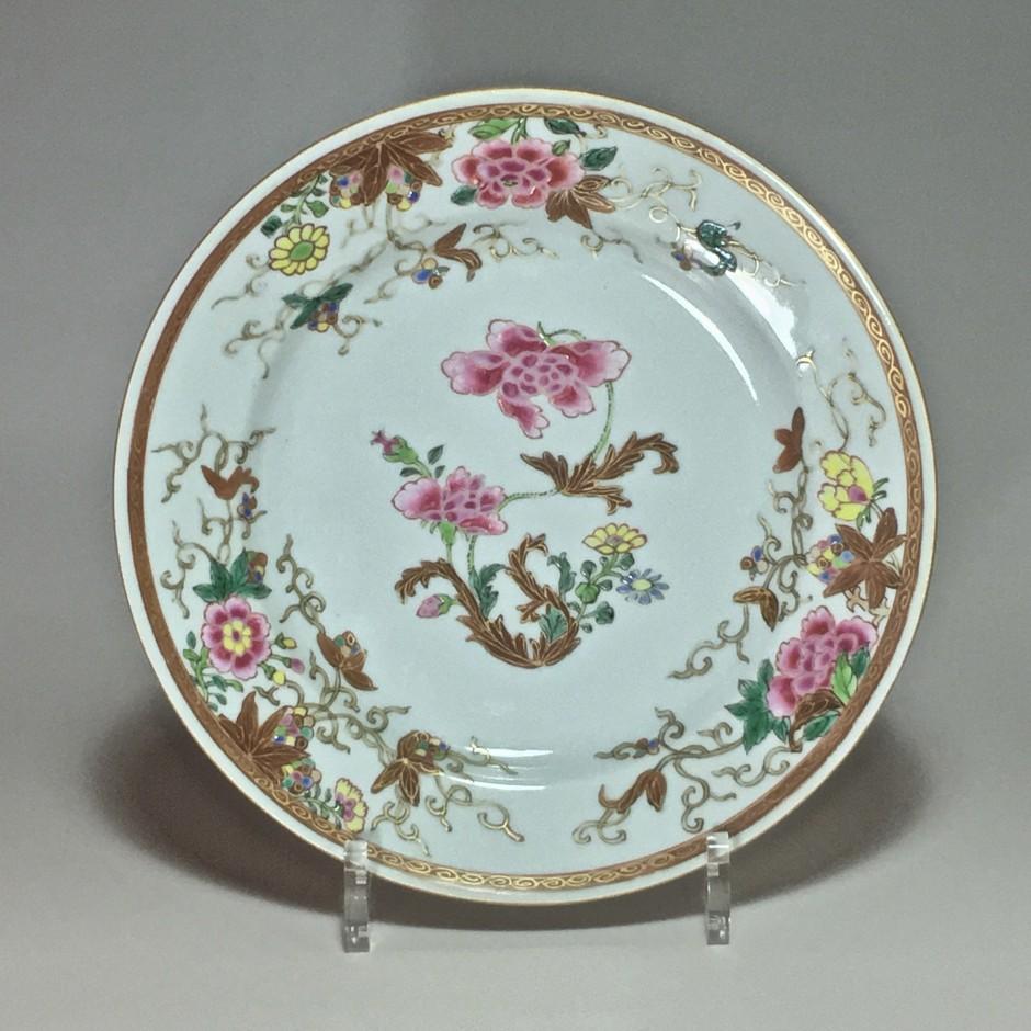 Assiette de la Compagnie des Indes - famille rose - Dynastie Qing. - Période Qianlong.