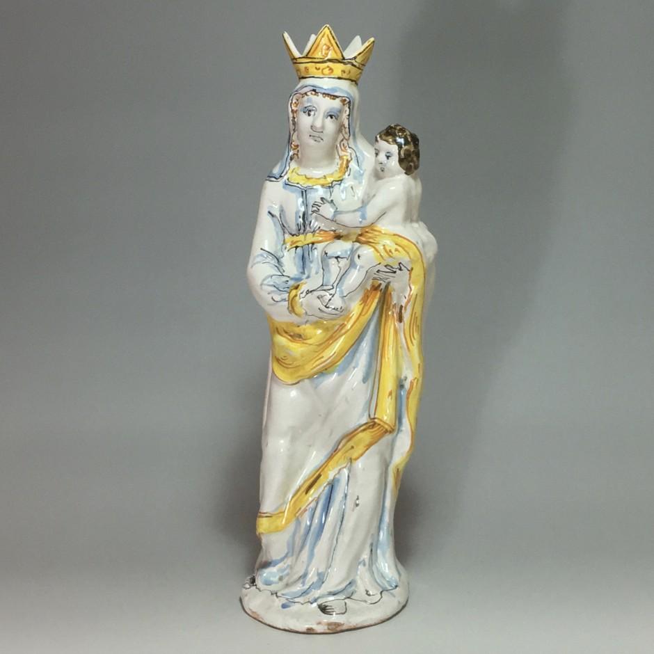 NEVERS - Vierge couronnée tenant l'Enfant Jésus, décor à compendiario - XVIIe siècle.