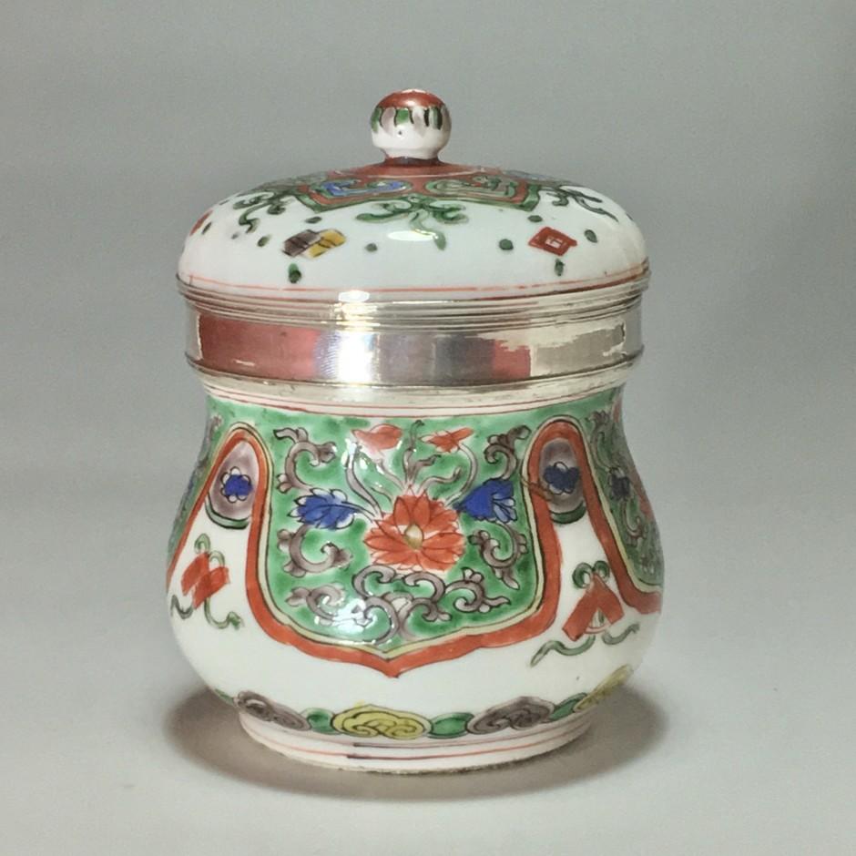 Chine – Pot couvert décor wucai - monté en argent – époque Kangxi (1772-1722)