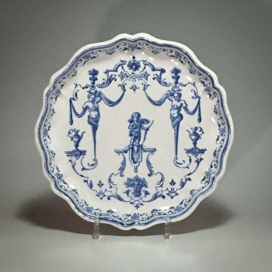 Lyon - Plat à décor Bérain - XVIIIe siècle