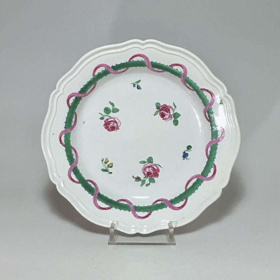 Doccia (Italie)  - Assiette à décor de roses et rubans - XVIIIe siècle