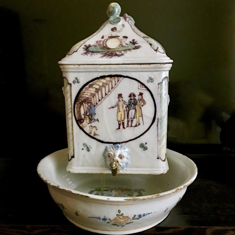 Rare fontaine en faïence de Roanne figurant Napoléon - Fin du XVIIIe - début du XIXe siècle - VENDU