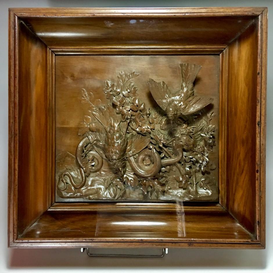 """Panneau en bois sculpté """"nid d'oiseau attaqué par un serpent"""" Signé  B.Briand - XIXe siècle"""