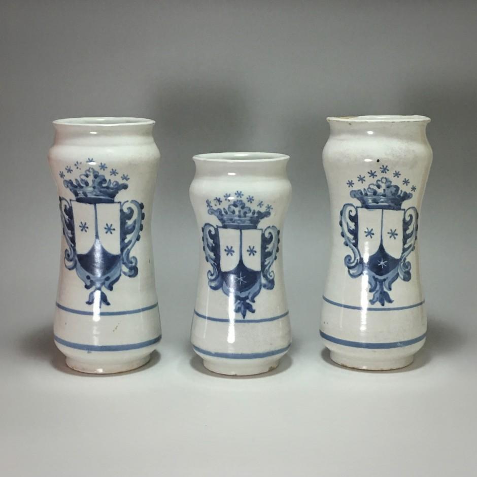 Talavera (Espagne) Ensemble de trois albarelli - Fin du XVIIIe siècle