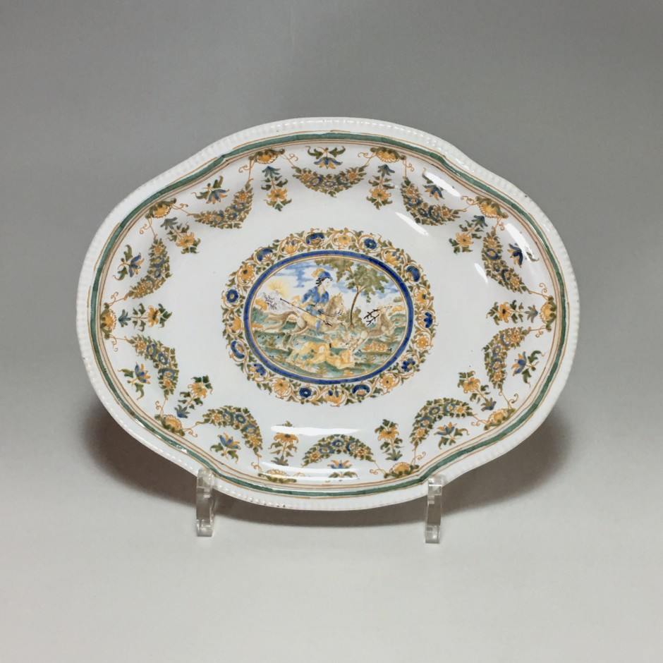 Moustiers - Small dish decorated with a hunting scene - Eighteenth century