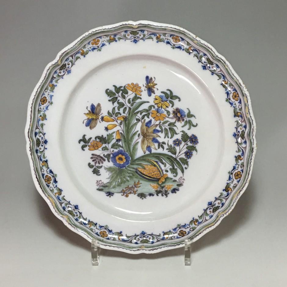 Moustiers - Rare assiette à la grenade - XVIIIe siècle