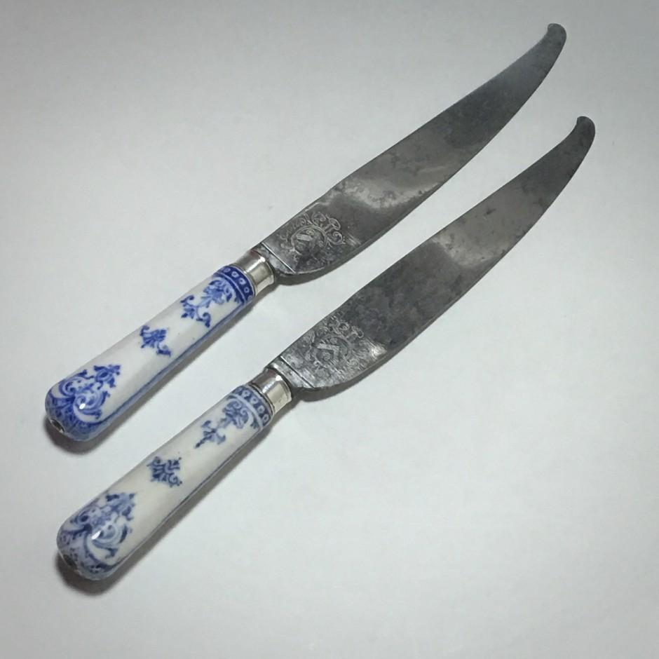 Saint cloud – Rare paire de couteaux aux lames armoriées – XVIIIe siècle.
