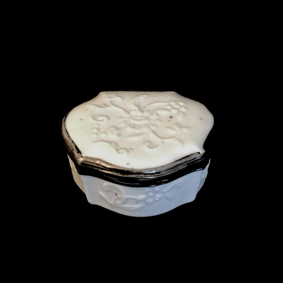 Saint-Cloud ou Mennecy - Boîte en porcelaine tendre - XVIIIe siècle