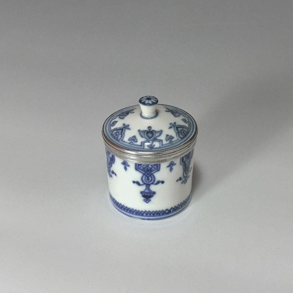 Pot for makeup in soft porcelain of Saint-Cloud - early eighteenth century