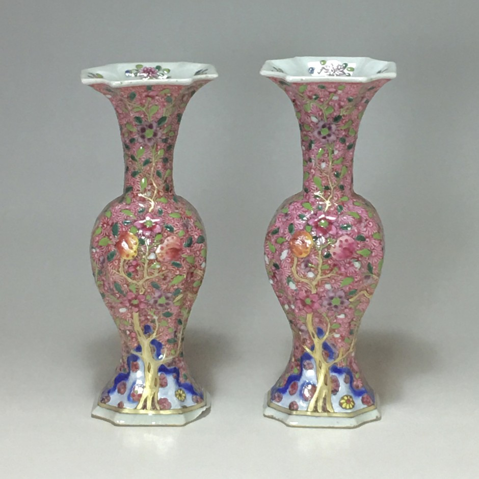 Chine – Paire de vases de la famille rose - Dynastie Qing, XVIIIe siècle