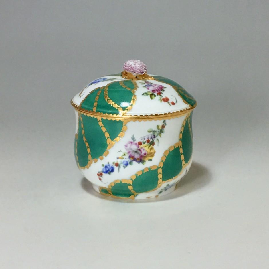 Pot à sucre en porcelaine de Vincennes - Sèvres à décor de rubans verts - XVIIIe siècle