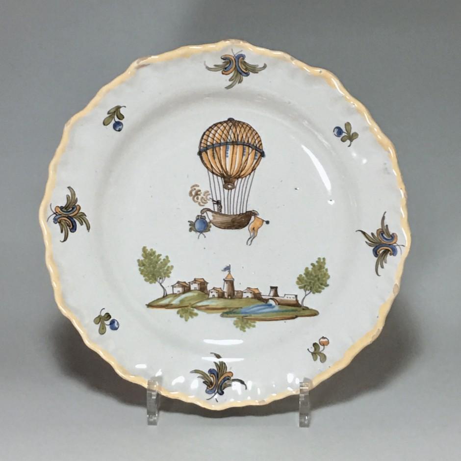 MOUSTIERS (Féraud) - Assiette à la montgolfière - XVIIIe siècle