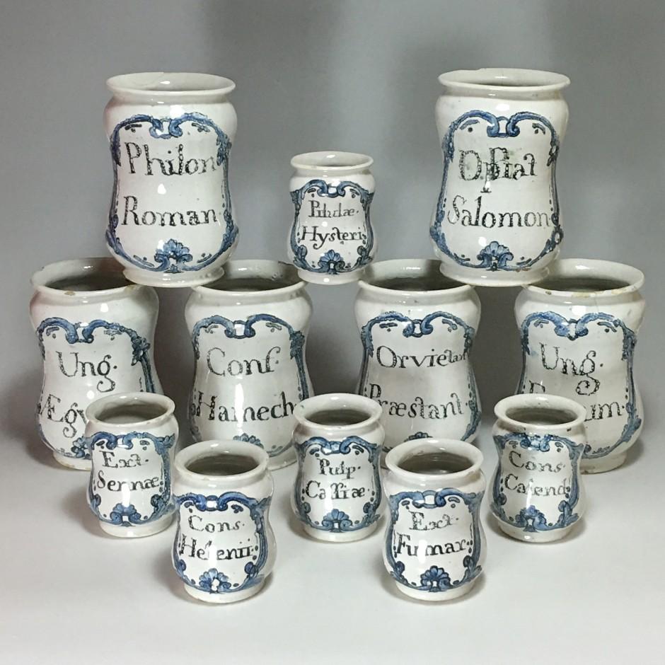 Ensemble de douze pots de pharmacie - XVIIIe siècle