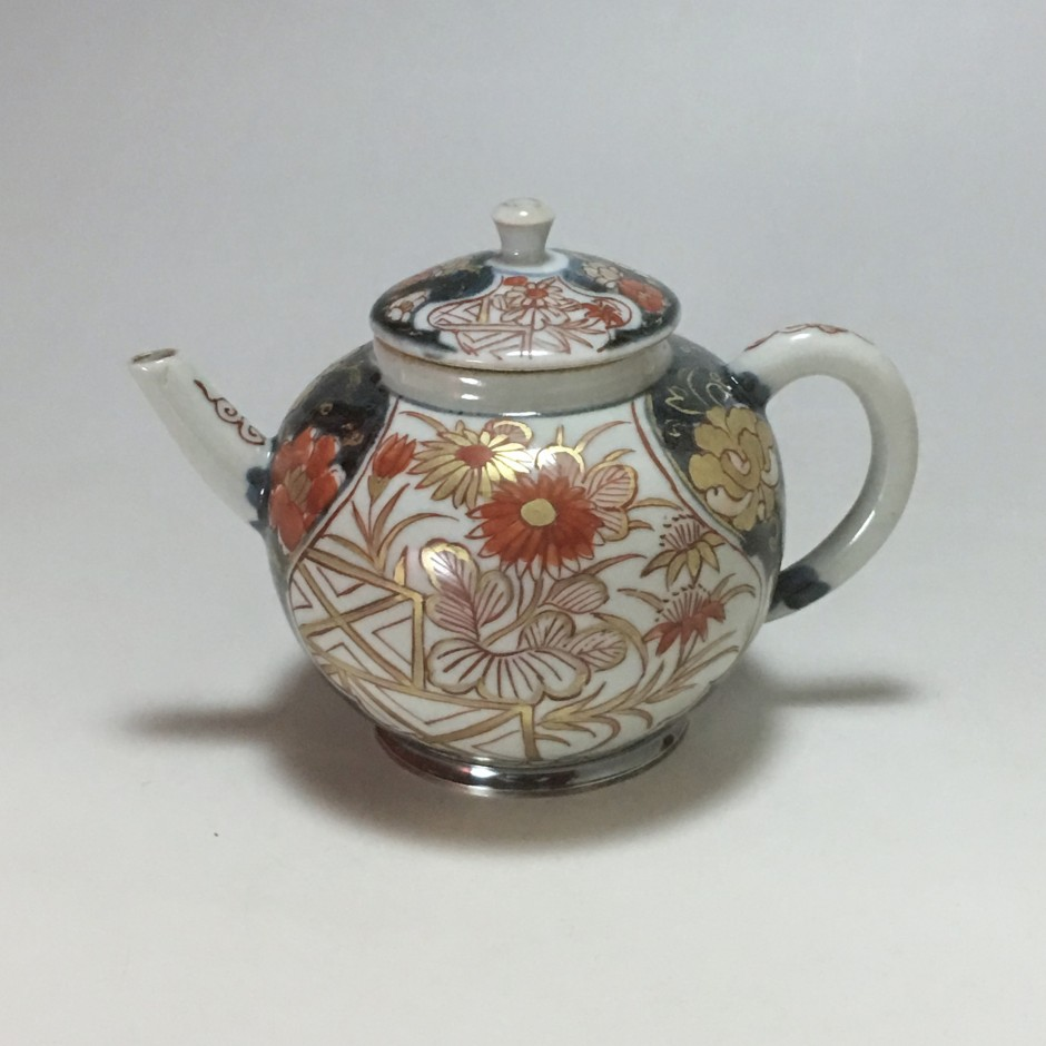 Japan porcelain teapot with Imari decoration - early eighteenth century