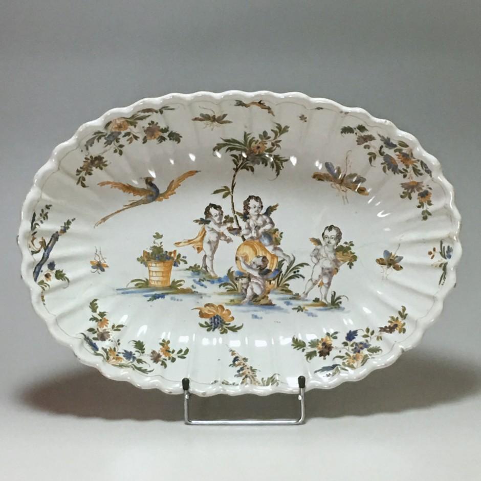 LYON - Plat à décor de putti - XVIIIe siècle - VENDU