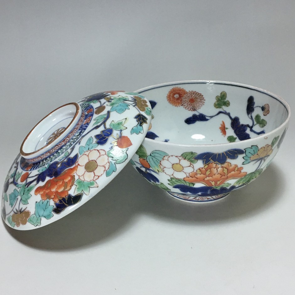 Japan - Covered bowl with polychrome decoration - circa 1690-1720