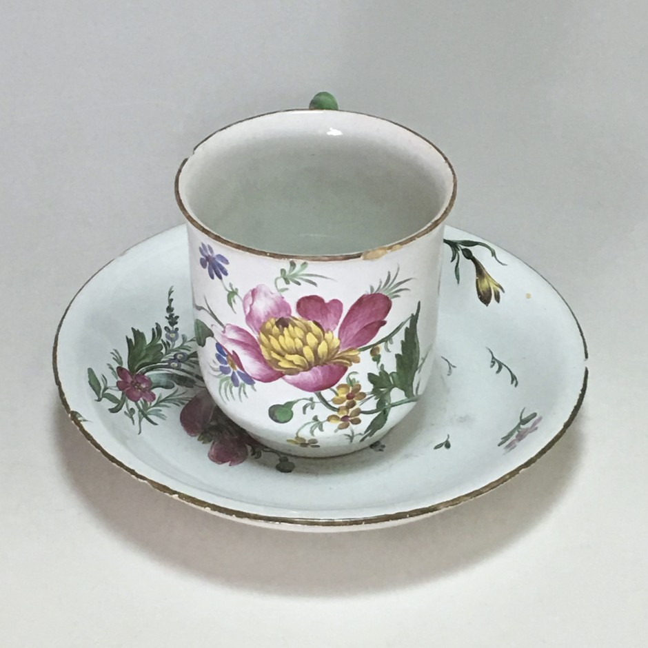 Strasbourg - Cup and saucer decorated with fine flowers - Joseph Hannong - Eighteenth century