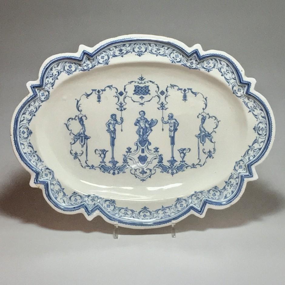 Moustiers ou Lyon - Plat à décor Bérain - XVIIIe siècle