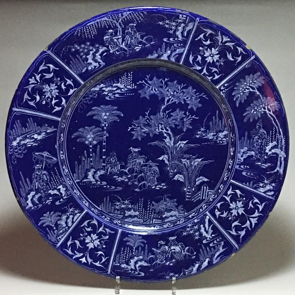 Exceptionnel plat en faïence de Nevers à décor aux chinois sur fond bleu persan – Vers 1660