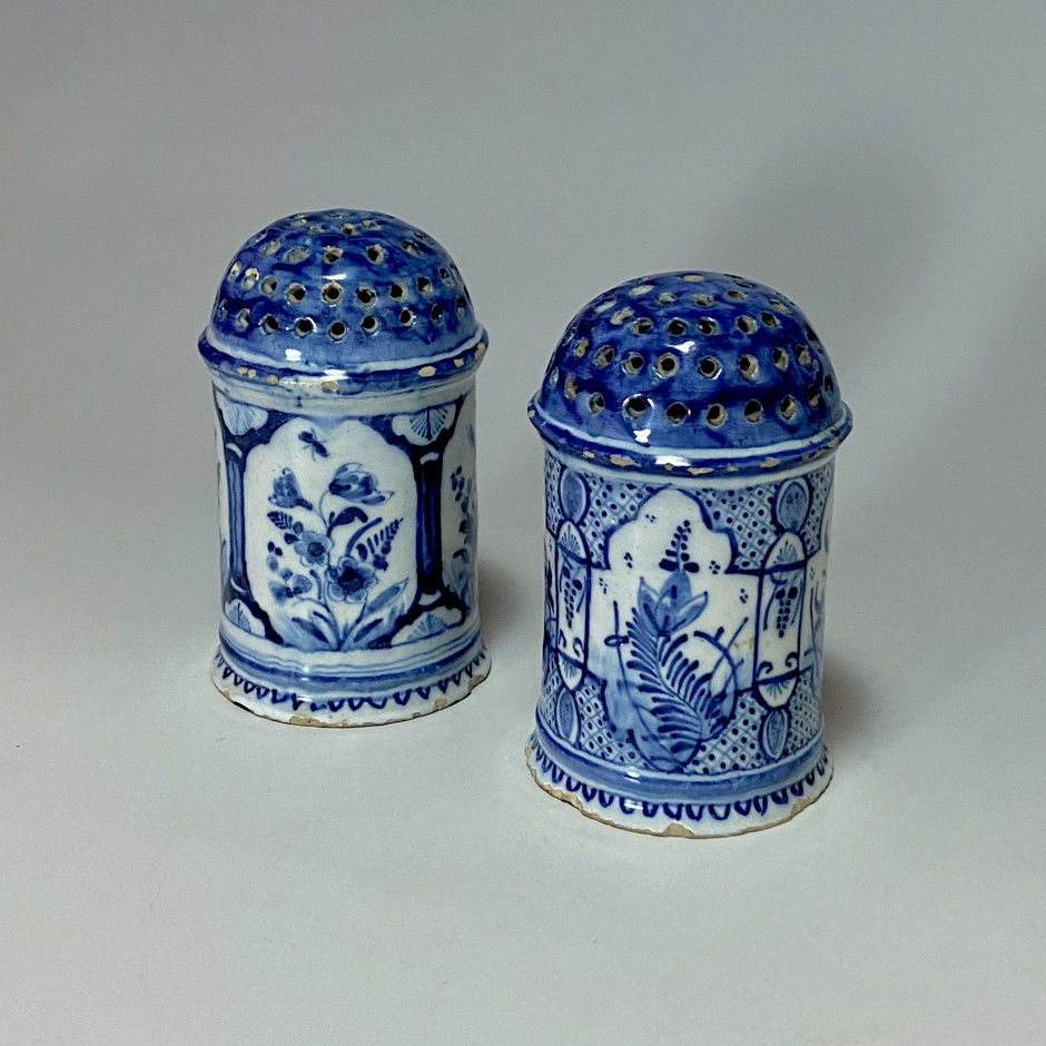 Delft - Paire de saupoudroirs cylindrique en camaïeu bleu - XVIIIe siècle