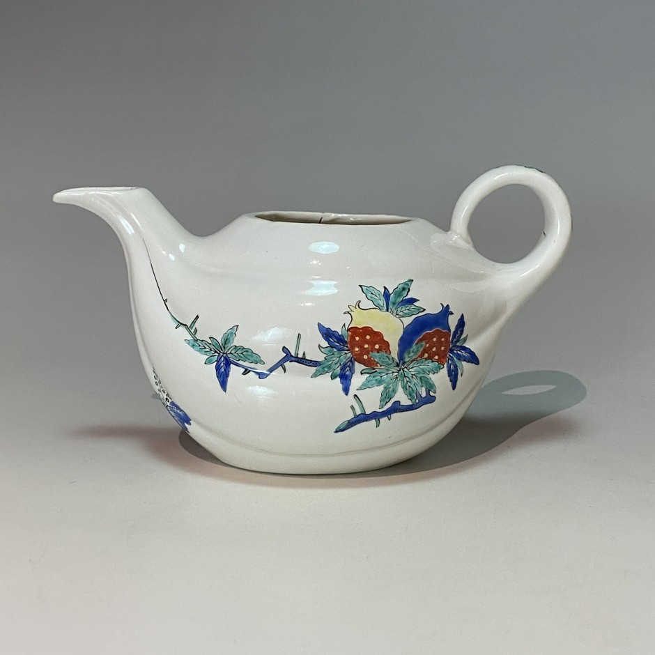 Chantilly - Soft porcelain teapot with Kakiemon decoration - Circa 1740