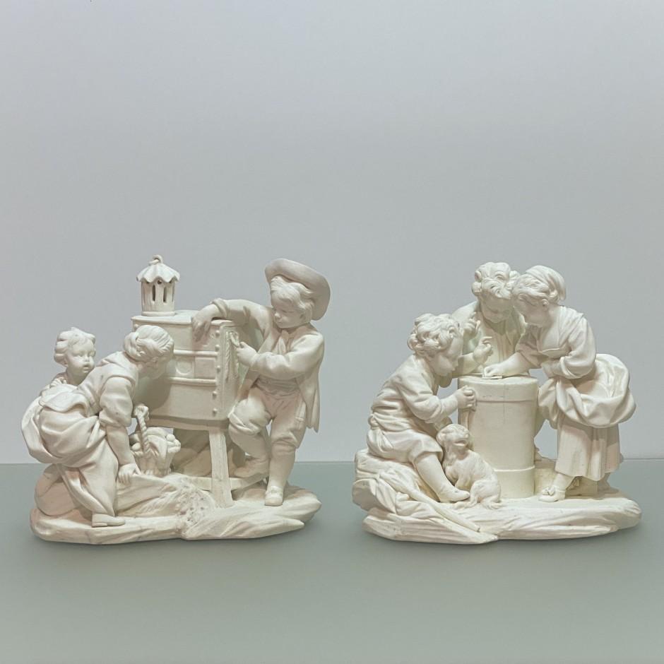 Sèvres – Paire de groupes en biscuit «Le tourniquet» et «La lanterne magique» - XVIIIe siècle