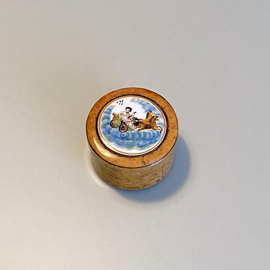 Rare boîte en faïence de Moustiers à monture en buis – XVIIIe siècle