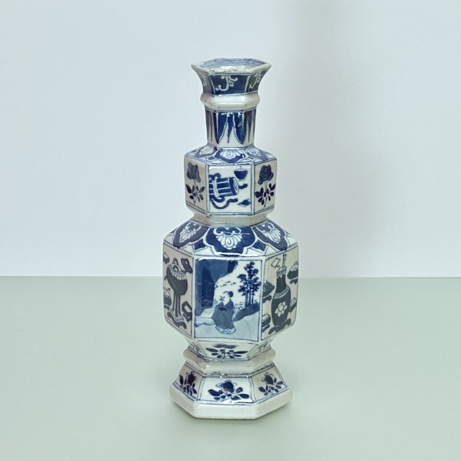 CHINA - Porcelain vase in hexagonal shape - KANGXI Period (1662 - 1722)