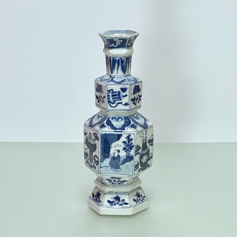 CHINE – Vase en porcelaine de forme hexagonale - Époque KANGXI (1662 – 1722) - VENDU