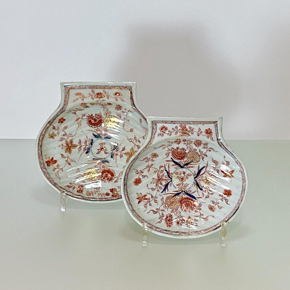 China - Two shells with Imari decoration - Kangxi period (1662-1722)