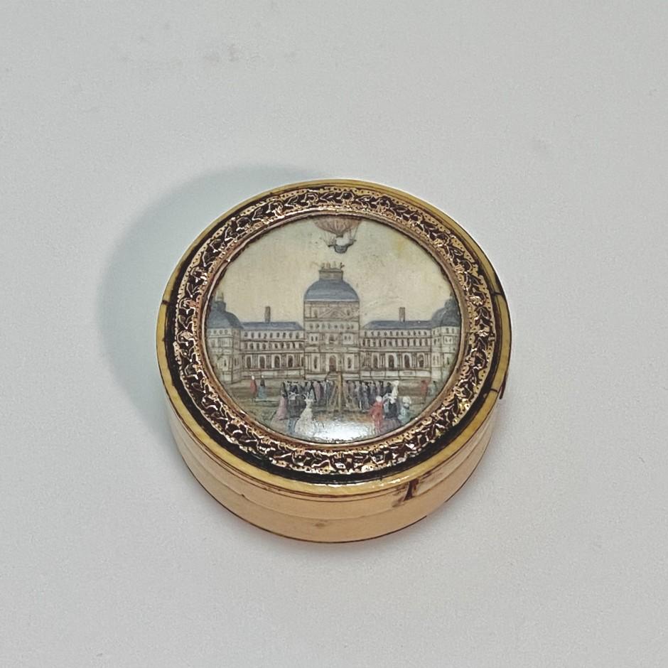 Boîte ornée d'une miniature figurant l'envol d'une mongolfière – Fin du XVIIIe siècle - VENDU