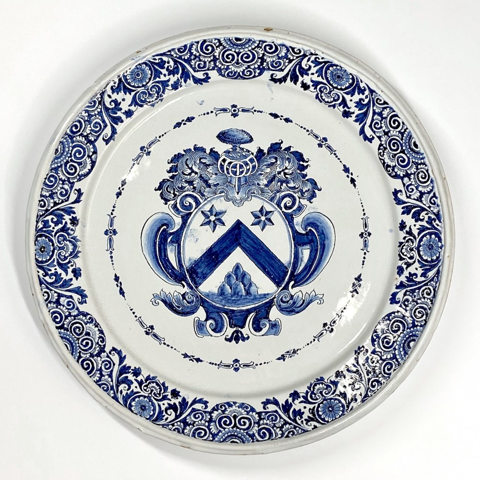 Rouen - Large dish decorated with a coat of arms - First third of the Eighteenth century