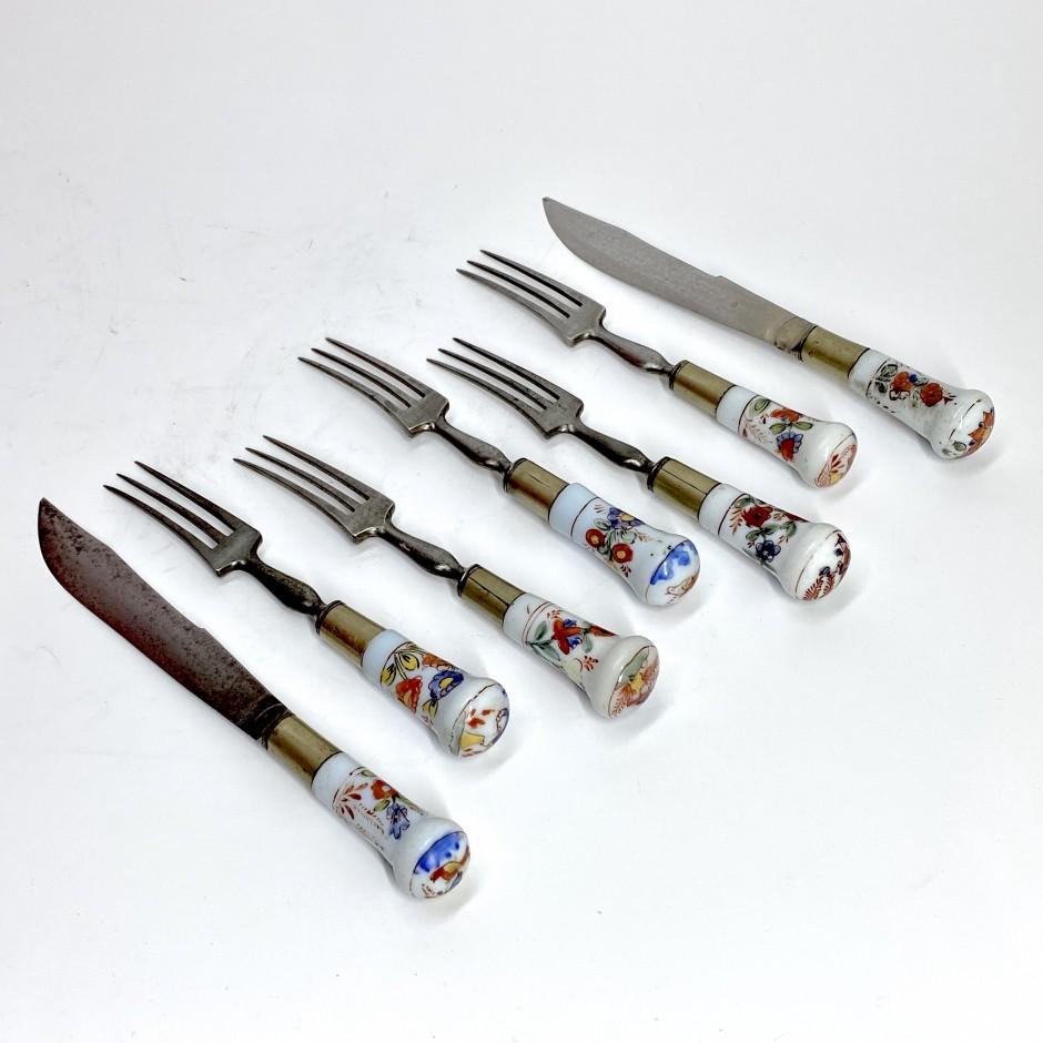 Cinq fourchettes et deux couteaux à manches en verre opalin - Début du XVIIIe siècle