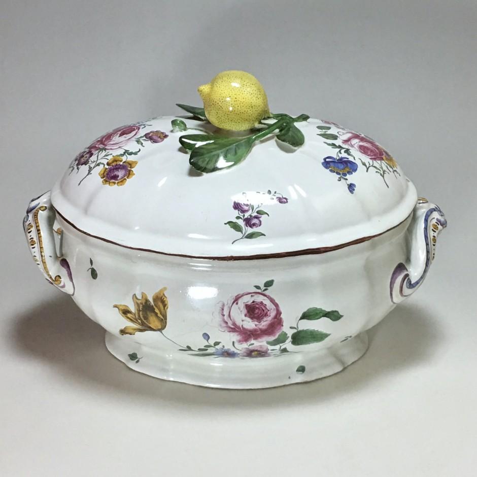 Strasbourg - Manufacture de Paul Hannong - Terrine à décor de fleurs fines - XVIIIe siècle