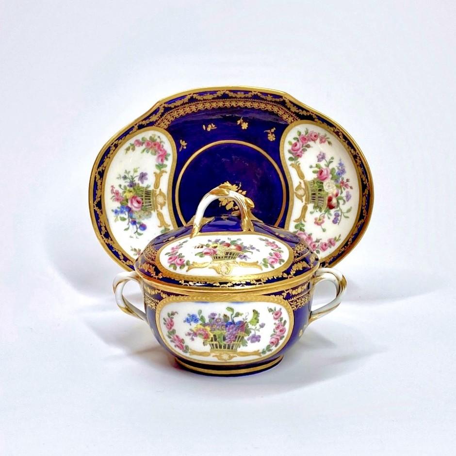Sèvres - Ecuelle à bouillon à fond bleu nouveau - XVIIIe siècle
