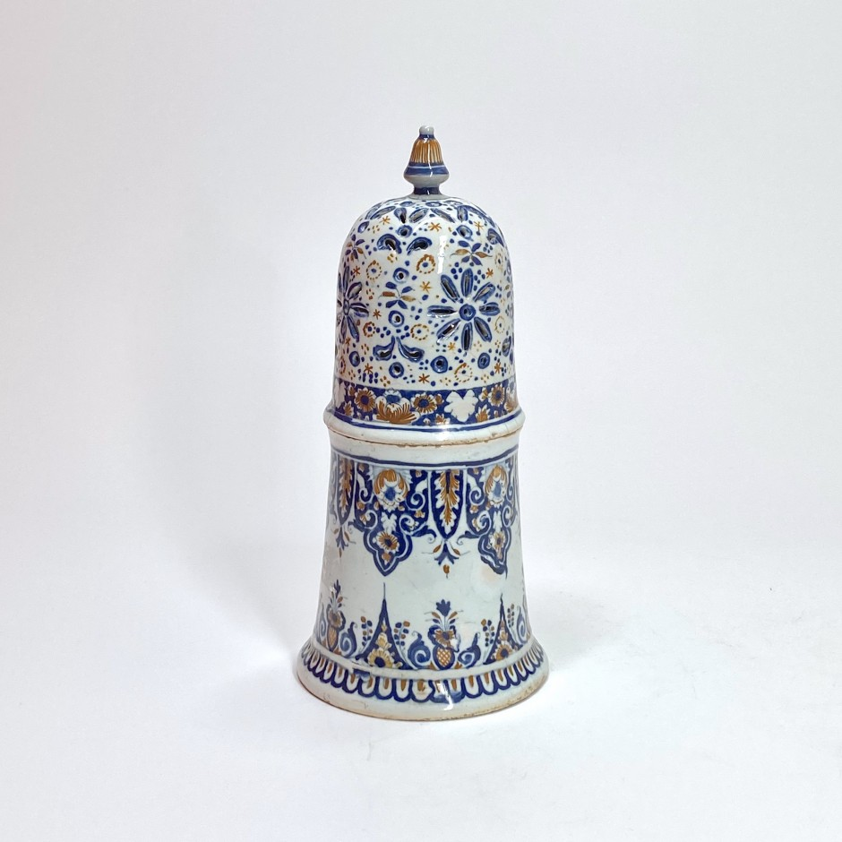 Sugar caster in Rouen earthenware with blue and red decoration - Early eighteenth century