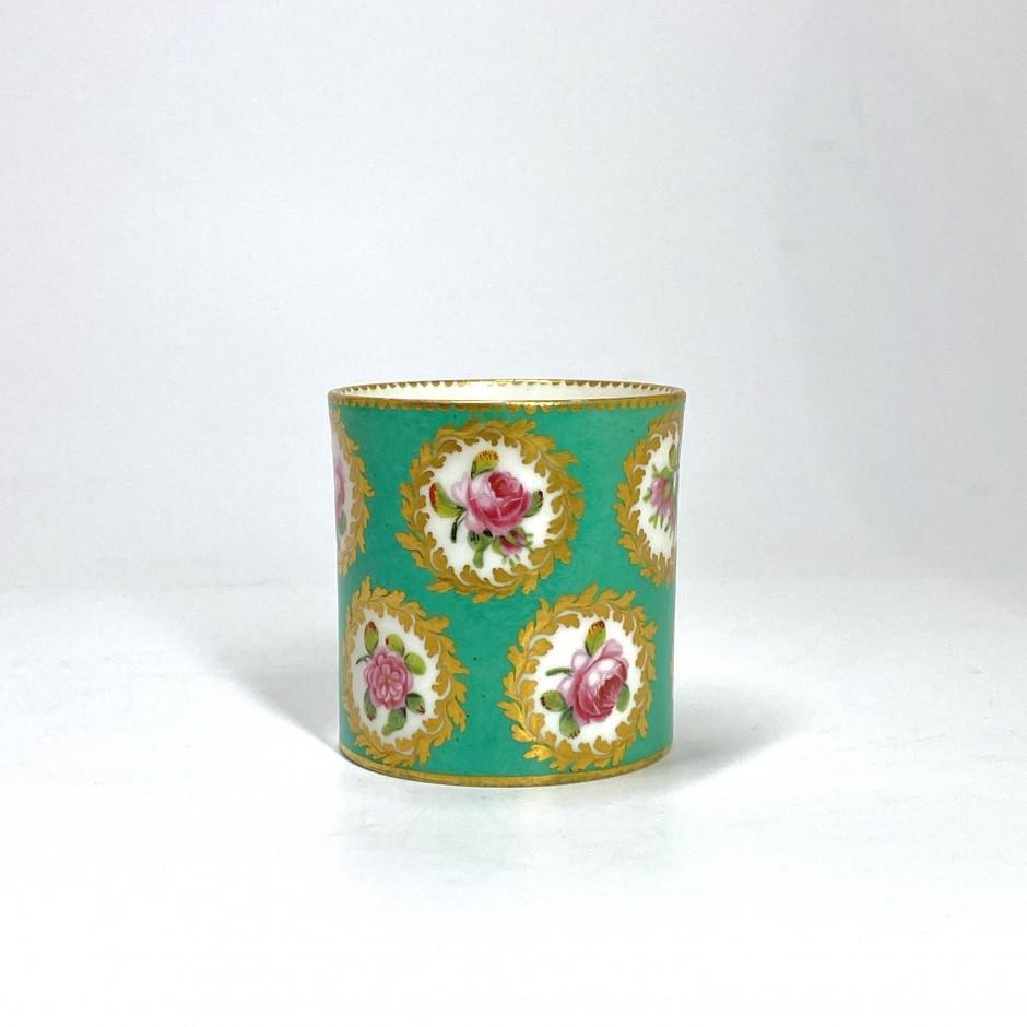 Sèvres. Pot à fard en porcelaine tendre à fond vert - XVIIIe siècle