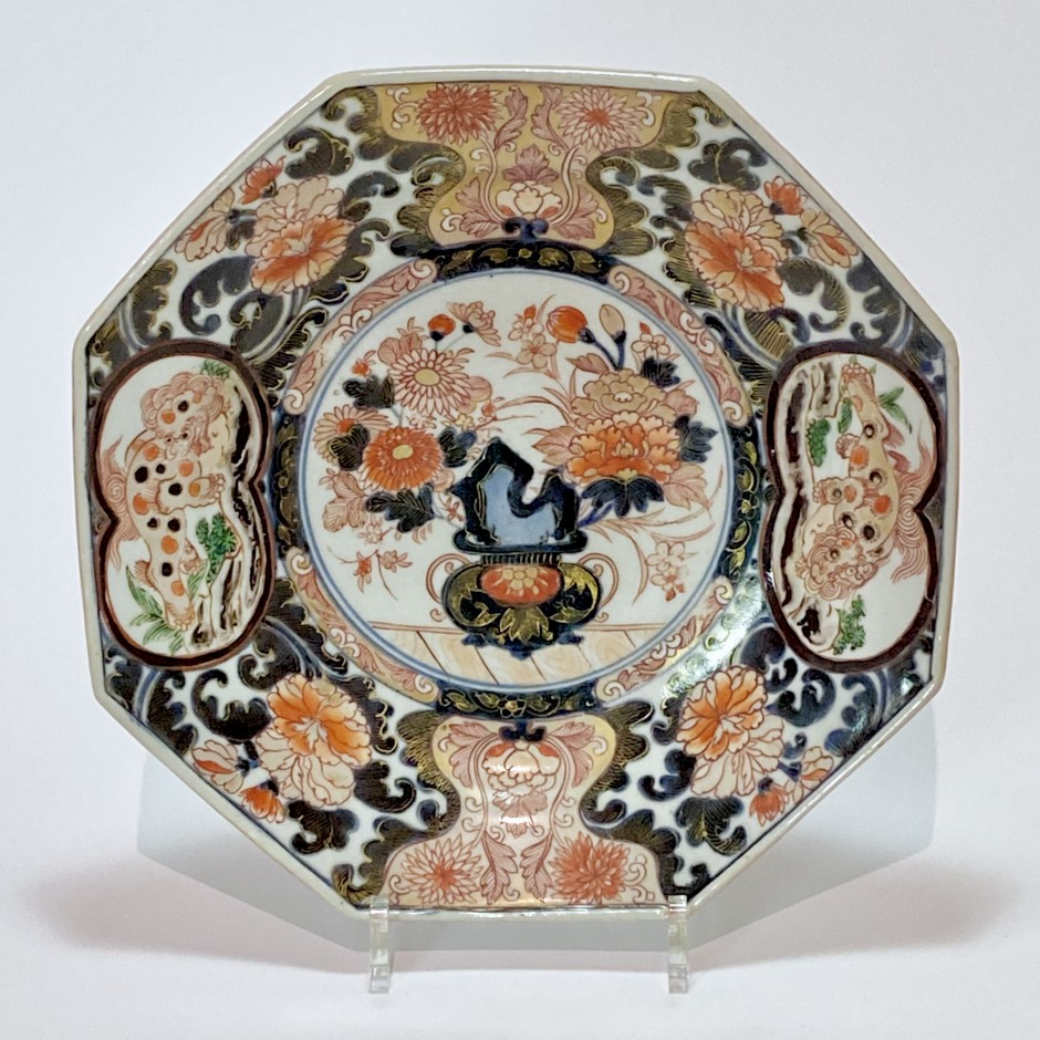octagonal Japanese porcelain dish with Imari decoration - Early eighteenth century.