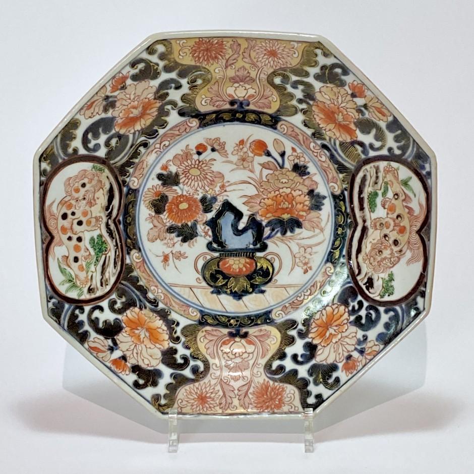 plat octogonal en porcelaine du Japon à décor Imari - Début du XVIIIe siècle.