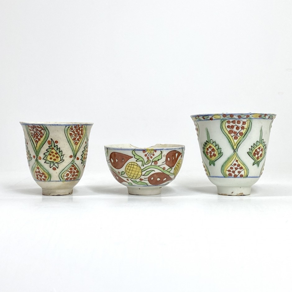 Kütahya - Two goblets and a cup with stylized polychrome decoration - Eighteenth century