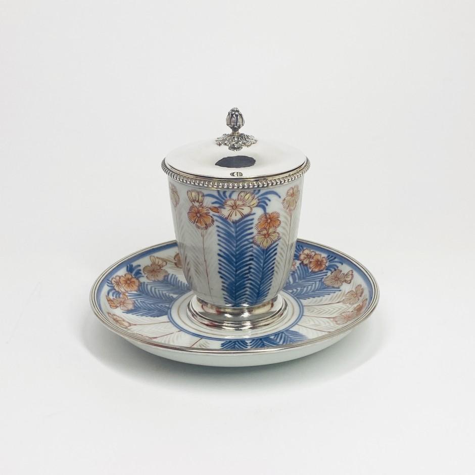 Grand gobelet et sa soucoupe en porcelaine du Japon du XVIIIe siècle monté en argent au XIXe siècle.- VENDU