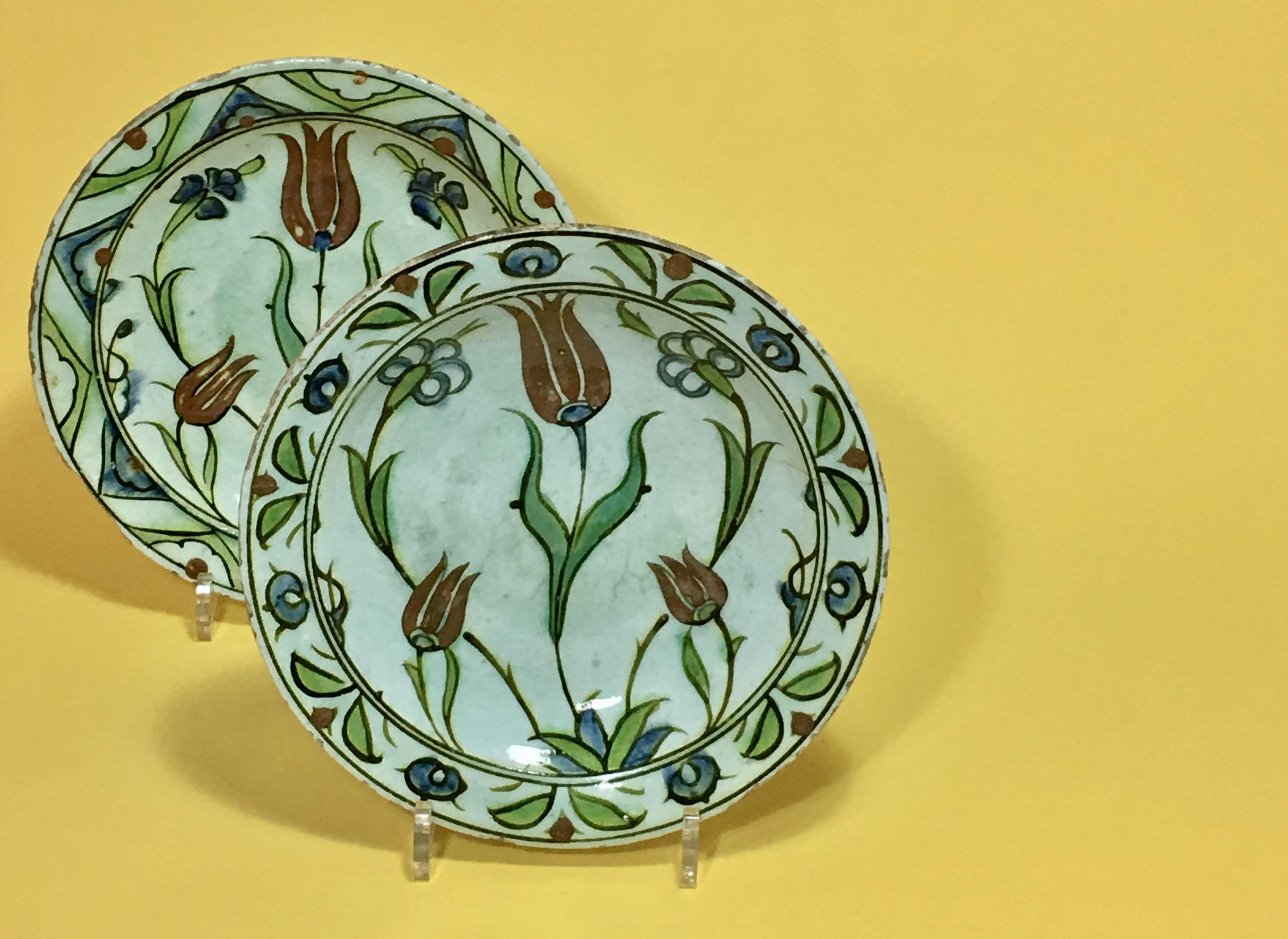 Iznik – Paire de plats aux tulipes – XVIIe siècle